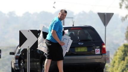 The gutless thug flees the scene (photo courtesy News Ltd)