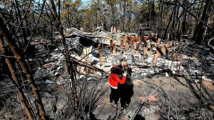 aw-Amy-20Hubbard-20with-20her-20Mum-2C-20Catherine-20NSW-20fires_20131018230032545666-620x349