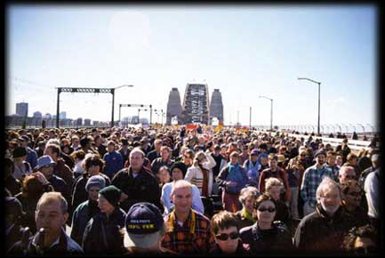 Thousands march over the Harbour Bridge calling on John Howard to say Sorry.